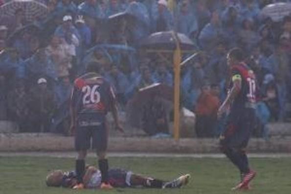 ¡Cae rayo a futbolista en pleno partido!