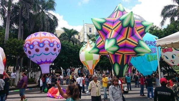 Ya llegaron los enormes globos de papel al Zócalo de Veracruz (+VIDEO)