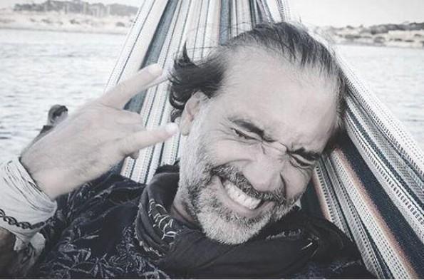 Alejandro Fernández reaparece dándose la buena vida con dos mujeres