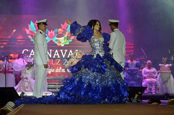 Samo y Reik hacen cantar a los jarochos en la coronación de los Reyes del Carnaval de Veracruz