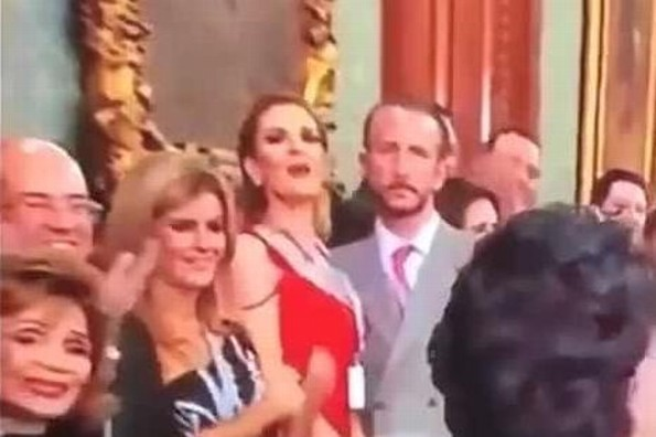 Chantal Andere y su esposo protagonizan pelea en plena ceremonia del grito (+VIDEO)