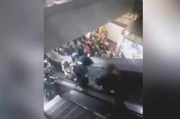 Escaleras del metro de la CDMX causan sorprendente accidente #VIDEO