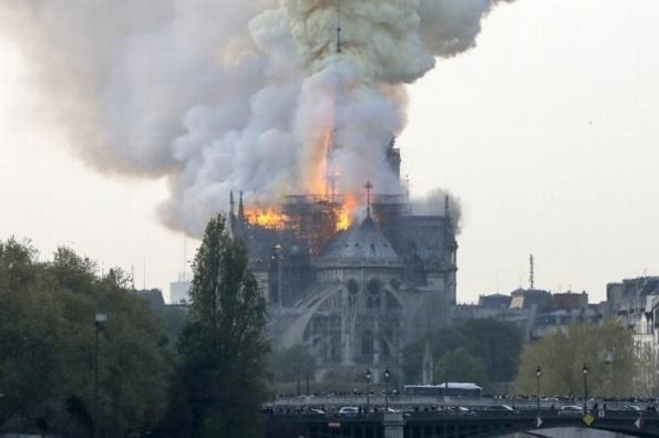 Catedral de Notre Dame en París pierde su techo #VIDEO