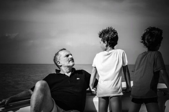 Miguel Bosé posa en falda con sus dos hijos #FOTO