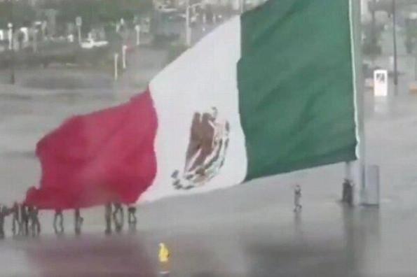 Mexicanos ayudan a militares a salvar la bandera de México de la lluvia #VIDEO