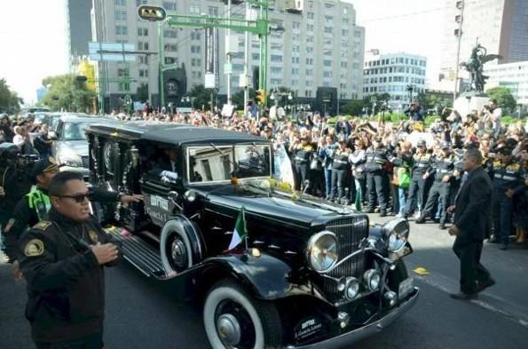 Fan de José José deja una corona de flores en su carroza fúnebre #VIDEO