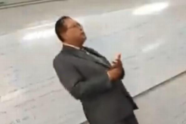 Profesor del IPN interrumpe su clase para homenajear a José José #VIDEO