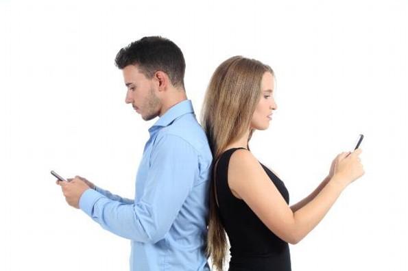 Entre menos mensajes te envía tu pareja, más te ama