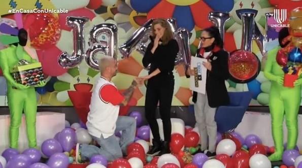 J Balvin le propone matrimonio a Montserrat Oliver (+video)