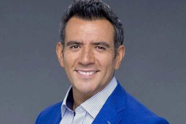 Héctor Sandarti rompe en llanto al salir de programa de TV