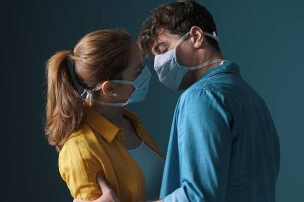 Médicos de Harvard recomiendan sexo con cubrebocas