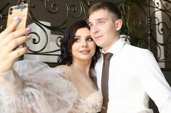 Influencer deja a su marido, se casa con su hijastro ¡y se embaraza! (+fotos)