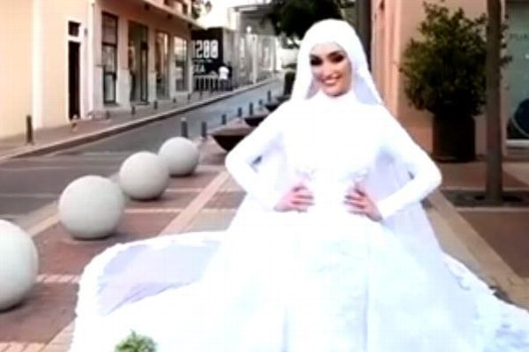 Una novia posa en el momento que ocurre la explosion en Beirut (+video)