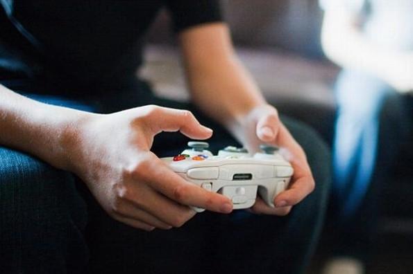 Corre a su hijo de 30 años porque se la pasaba jugando videojuegos y este la denuncia