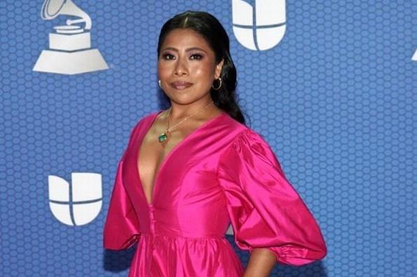 Looks de Yalitza Aparicio y su debut como conductora en los Latin Grammy 2020 (+fotos)