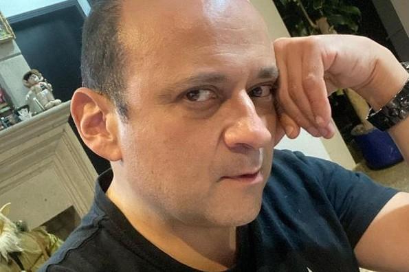 Revela Eduardo España que lo acosan vía telefónica