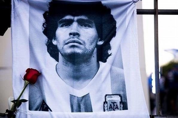Trabajadores de la funeraria se toman fotos con Maradona, causan indiganción (+fotos)