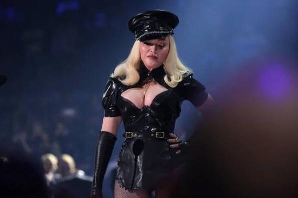 Homenaje a Madonna en los MTV Video Music Awards ¡Llegó en taxi! (+video/fotos)